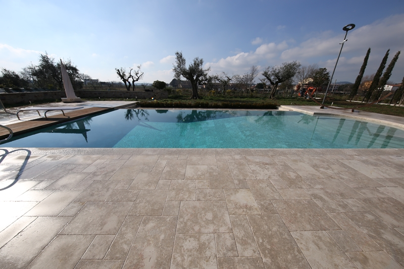 Swimming pool with infinity edge technology | Pietra di ...